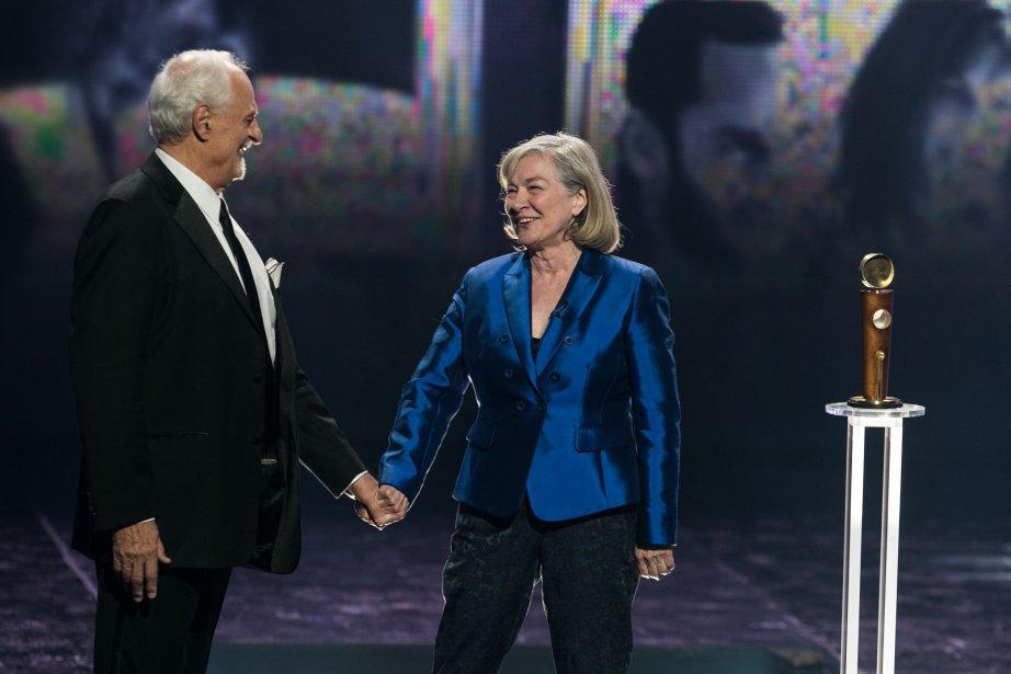 Le réalisateur Ted Kotcheff était présent pour remettre le Jutra à Micheline Lanctôt (PHOTO HUGO-SÉBASTIEN AUBERT, LA PRESSE)