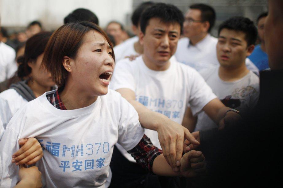 «Rendez-nous les nôtres!», scandaient les personnes endeuillées, certaines... (PHOTO AFP)