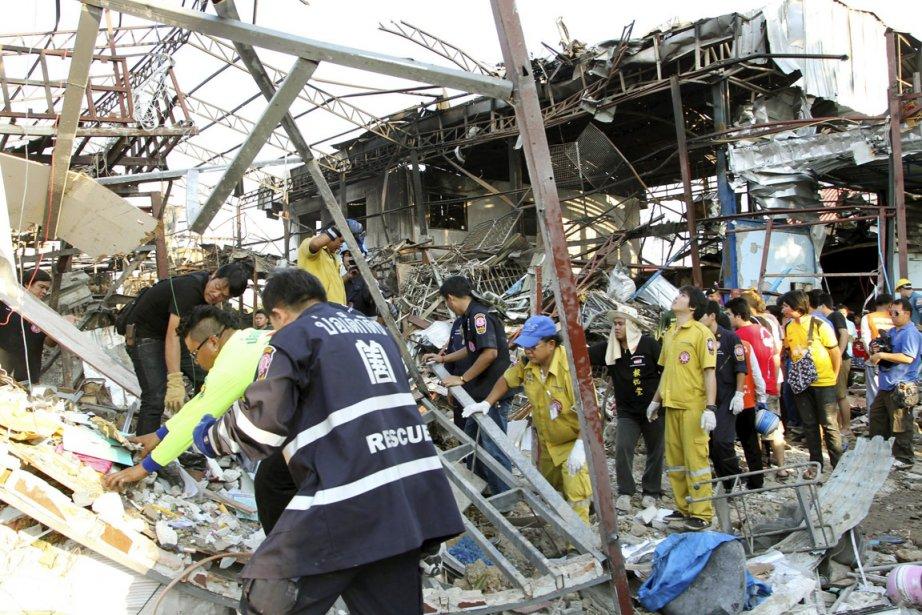 La bombe de 225kg avait été trouvée sur... (PHOTO APICHART WEERAWONG, AP)