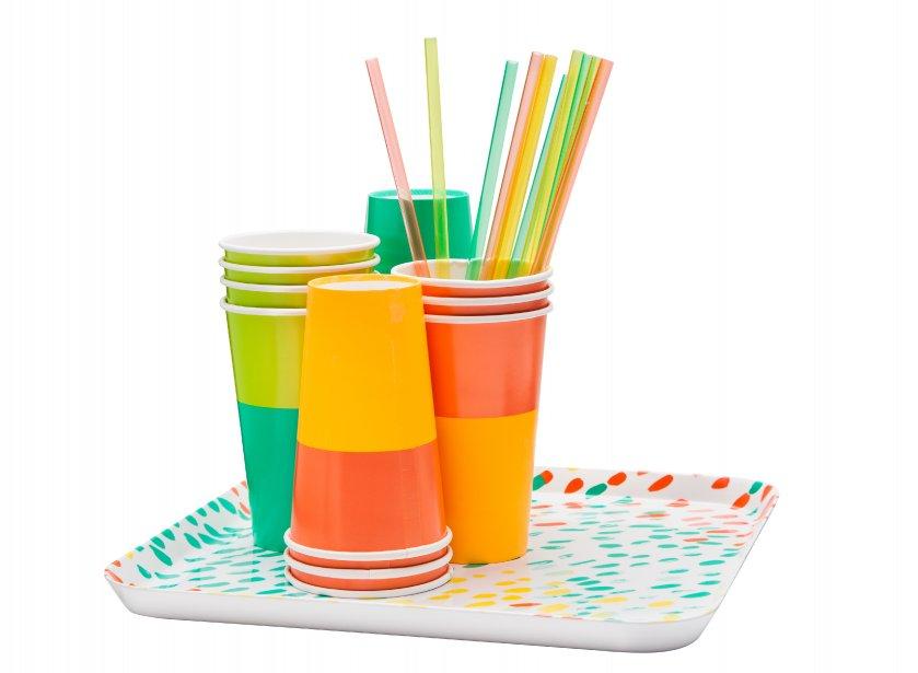 Pailles (3$ pour 12), gobelets en papier (3$ pour 10) et plateau en mélamine (15$), griffés Oh Joy!, chez Target. (Photo fournie par Target Canada)