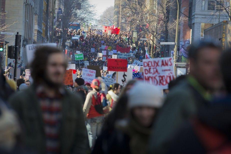 Lors de la manifestation, on pouvait entendre des slogans répétés lors de rassemblements semblables au printemps 2012. D'autres chants s'en prenaient au gouvernement Marois ou aux forces de l'ordre. (Photo André Pichette, La Presse)