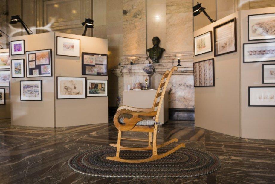 Le montant supérieur de la chaise en bois utilisée pour le film d'animation «Crac!» avait été gravé par Frédéric Back, pour lui donner un petit air d'humanité. (Photo: Édouard Plante-Fréchette, La Presse)