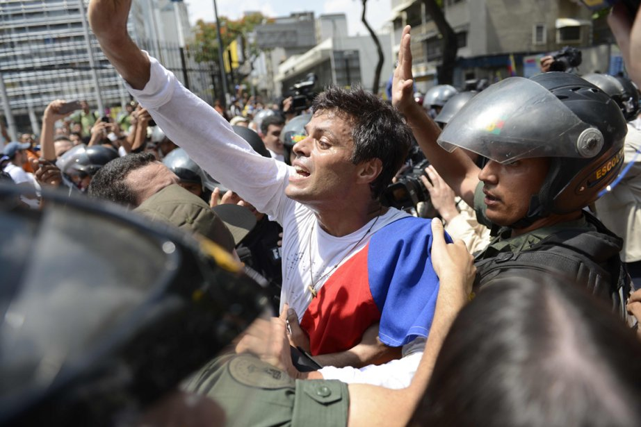L'opposant radical Leopoldo Lopez (au centre) s'était rendu... (Photo Leo Ramirez, archives AFP)