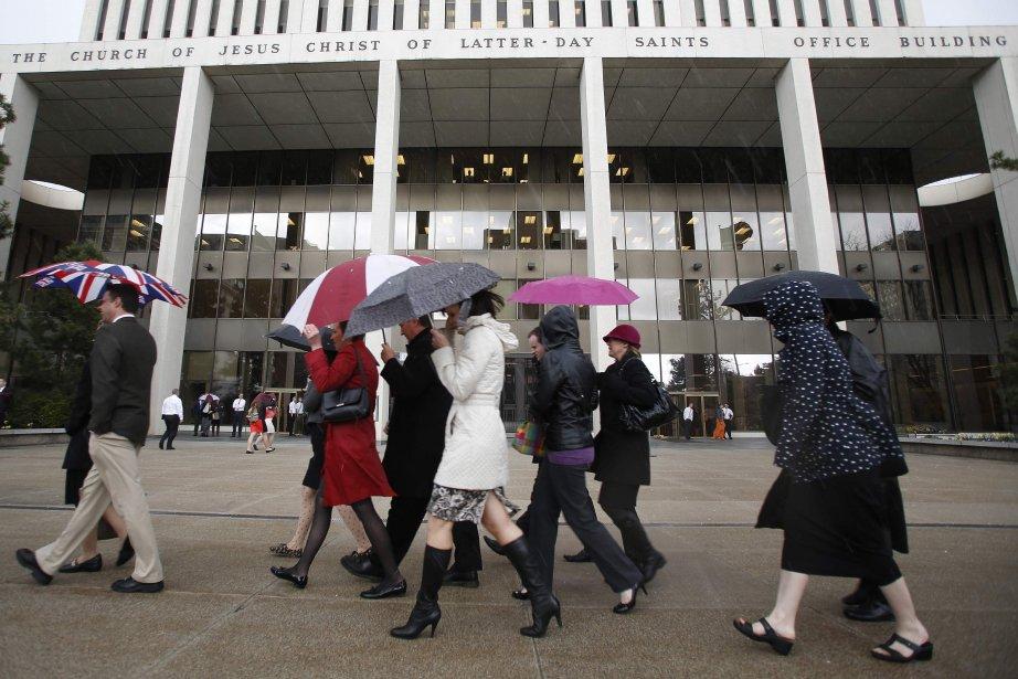 Un groupe de femmes marche devant le temple... (Photo Jim Urquhart, Reuters)
