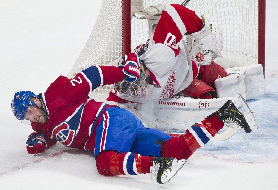 Thomas Vanek trébuche devant le gardien Jonas Gustavsson. (Photo Graham Hughes, La Presse Canadienne)