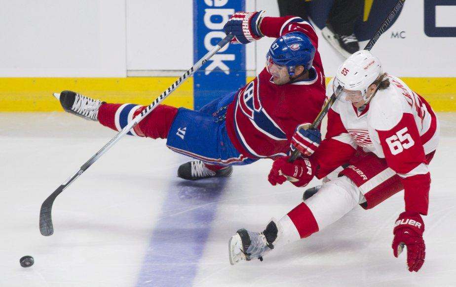 Max Pacioretty, du Canadien, tombe devant Danny DeKeyser alors qu'il tente de s'emparer de la rondelle. (Photo Graham Hughes, La Presse Canadienne)