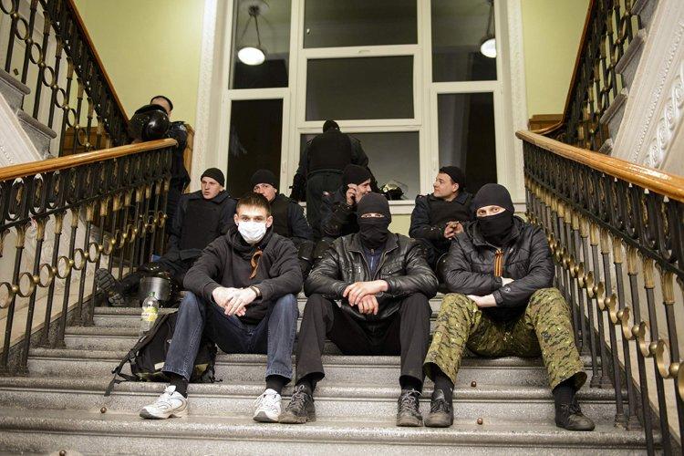 Des manifestants pro-russes ont pris le contrôle dimanche... (Photo: Reuters)