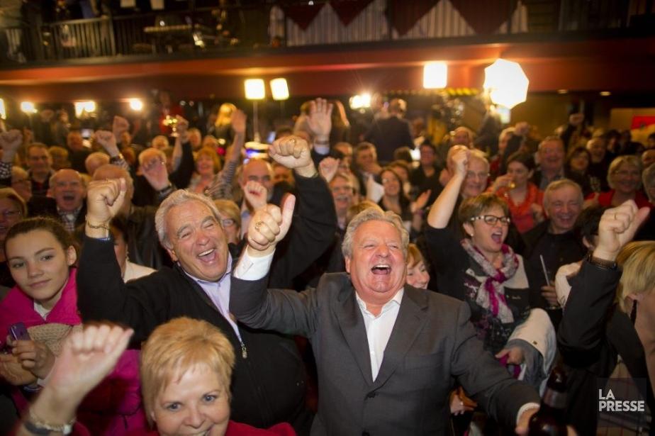 Des militants libéraux célèbrent la victoire libérale, à... (PHOTO ANDRÉ PICHETTE, LA PRESSE)