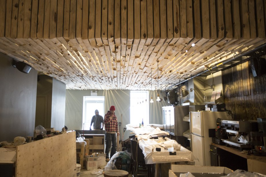 Enfin posé, le plafond en «croûte de planches» amoureusement épluchées et sablées par Élisabeth! (Photo Olivier Pontbriand, La Presse)