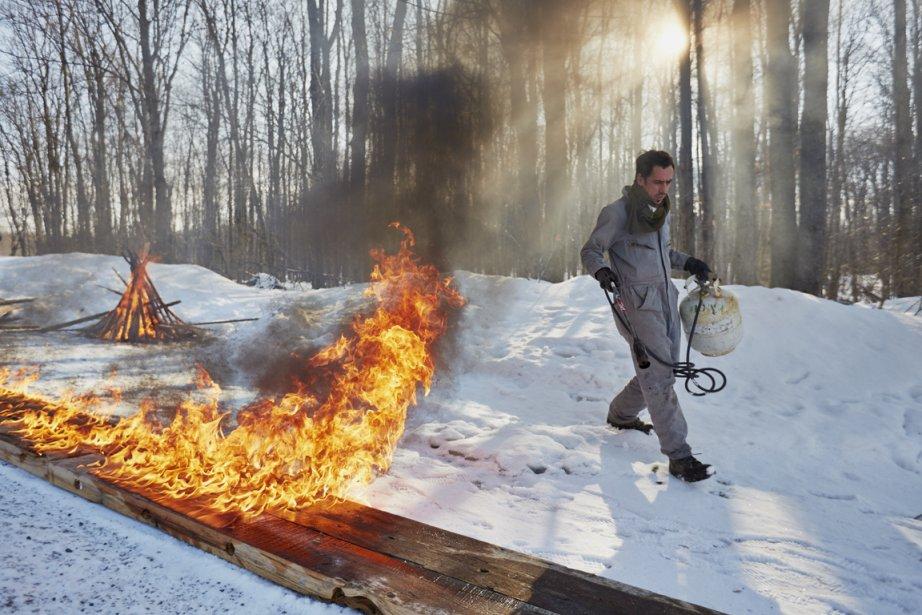 Simon brûle le futur bar du Manitoba, qui sera ensuite enduit de plusieurs couches de résine transparente. (Photo Ulysse Lemerise, collaboration spéciale)