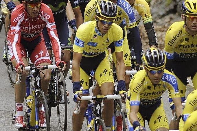 Alberto Contador (centre)conserve les commandes du classement général... (Photo AFP)