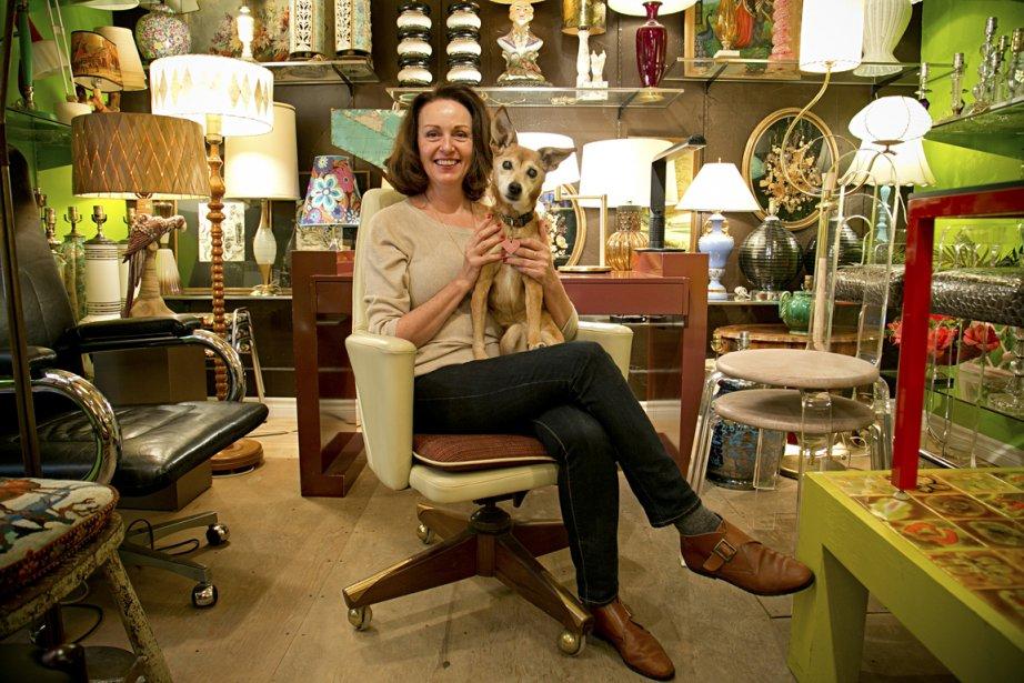 La propriétaire de la boutique Spoutnik, Sylvie Rochon, et son chien Cacaouette. (Photo David Boily, La Presse)