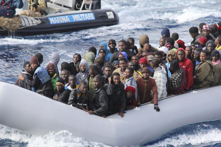 Des dizaines de milliers de migrants tentent d'entrer... (PHOTO ARCHIVES REUTERS/MARINE MILITAIRE ITALIENNE)
