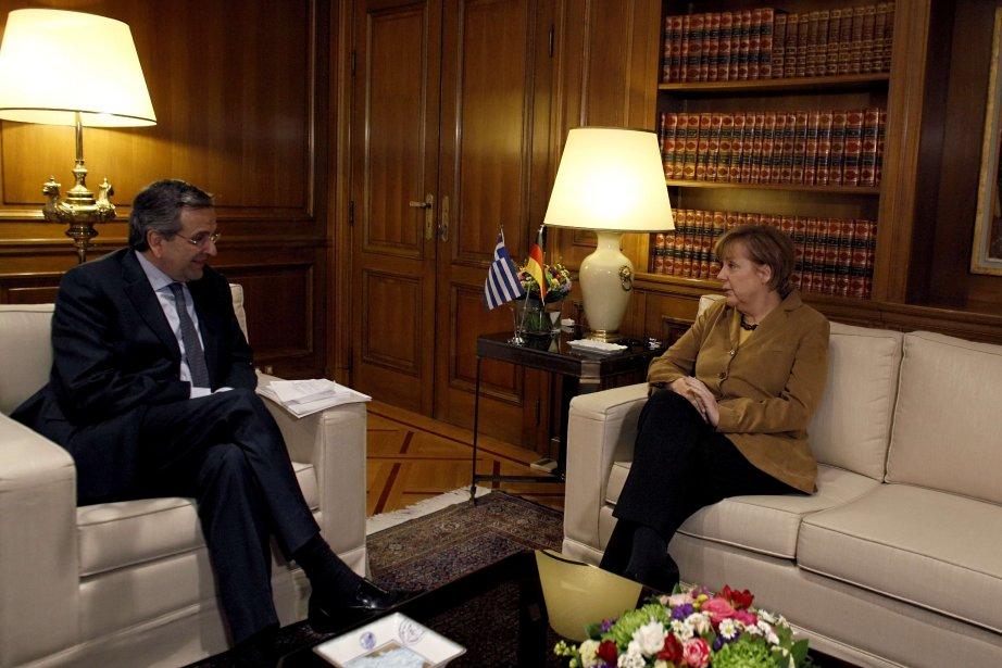 Le premier ministre grec Antonis Samaras en compagnie... (PHOTO KOSTAS TSIRONIS, AFP)