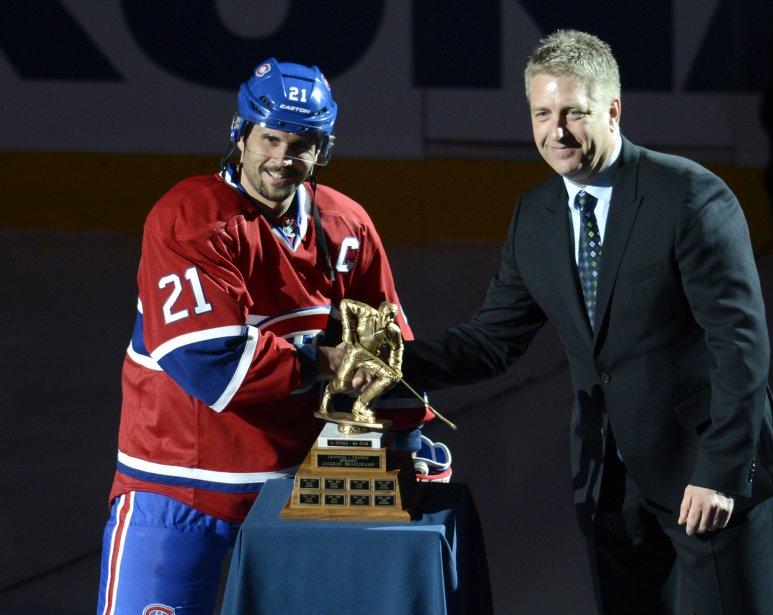 Brian Gionta reçoit le trophée Jacques Beauchamp donné à l'héros de l'équipe qui a fait son travail dans l'ombre. (Photo Bernard Brault, La Presse)