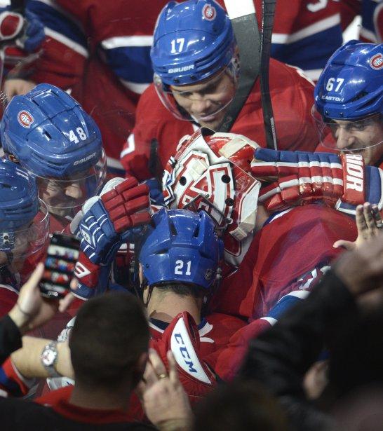 Carey Price est félicité par ses coéquipiers après son jeu blanc. (Photo Bernard Brault, La Presse)