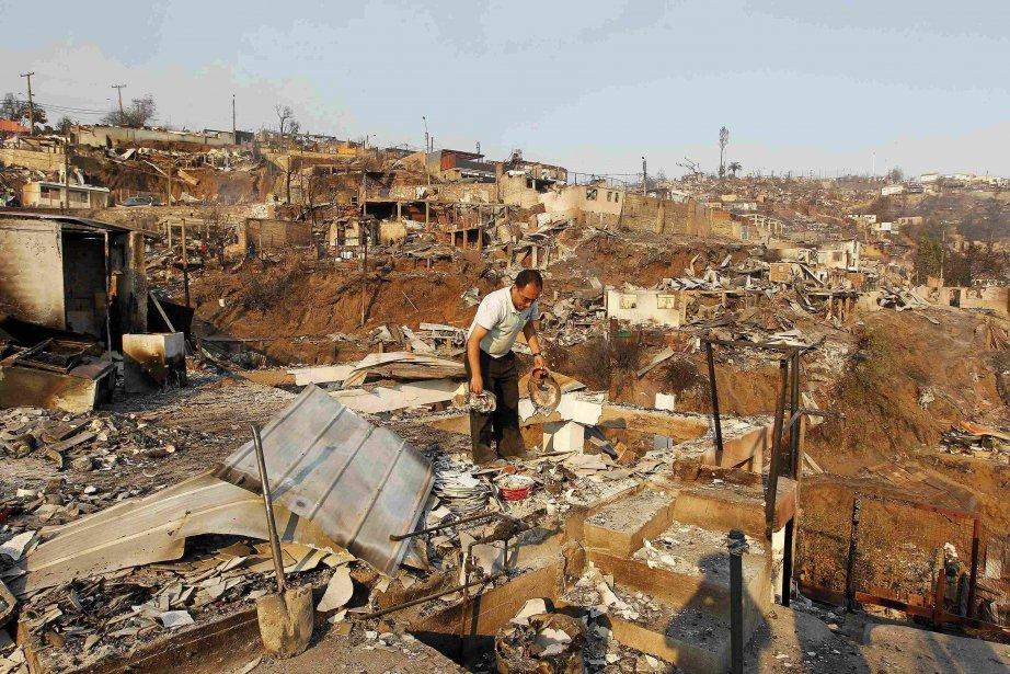 Certains habitants revenaient dimanche matin dans leur quartier pour évaluer les dégâts, n'y retrouvant souvent que les décombres de leur maison calcinée. (Photo Eliseo Fernandez, Reuters)