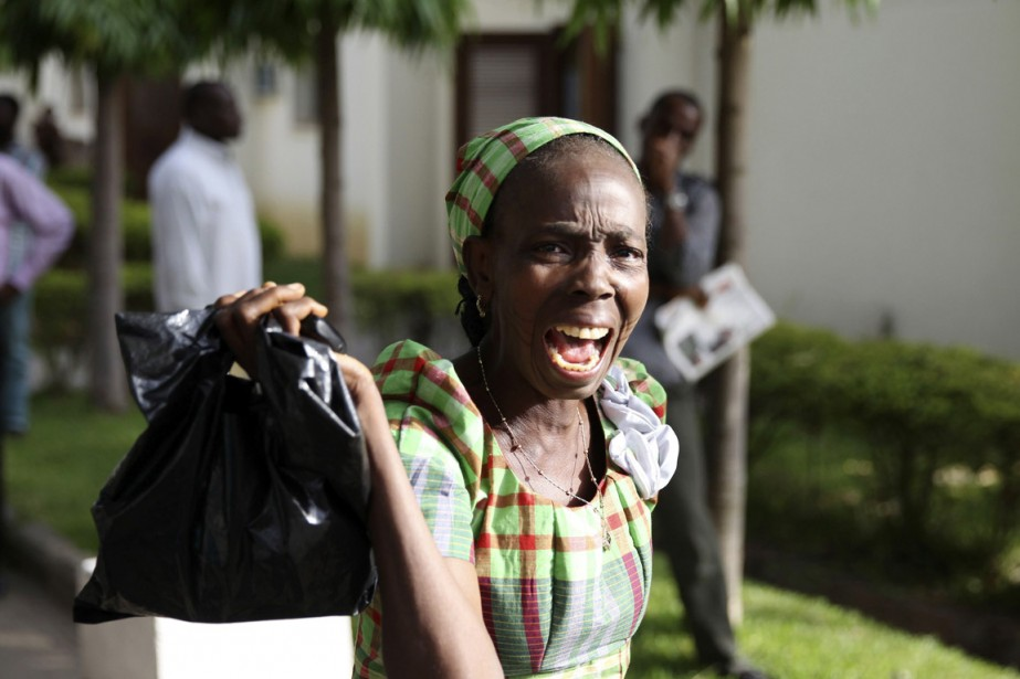 Une passante réagit avec effroi alors qu'elle voit... (PHOTO AFOLABI SOTUNDE, ARCHIVES REUTERS)