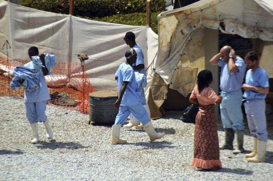 Du personnel médical travaillent dans un centre d'isolement... (Photo CELLOU BINANI, AFP)