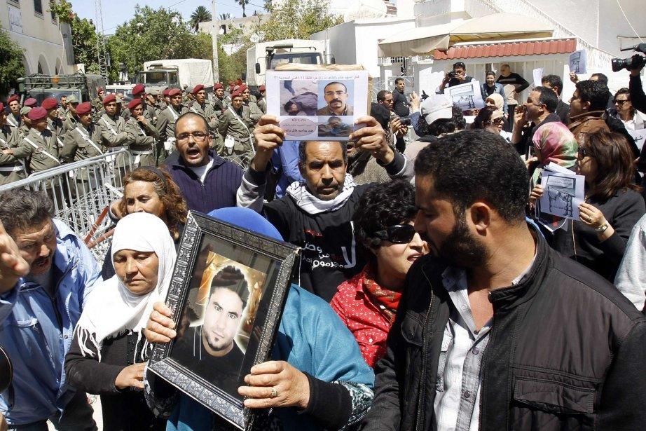 Le cortège, en tête duquel se trouvaient des... (Photo ZOUBEIR SOUISSI, Reuters)