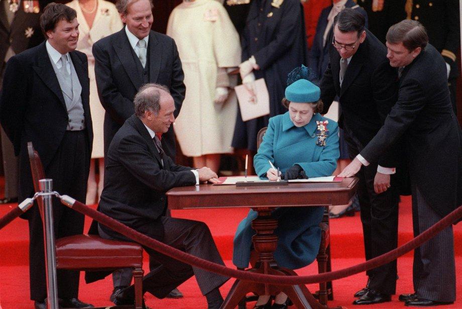 Il y a 32 ans, la reine d'Angleterre... (Photo Ron Poling, archives La Presse Canadienne)