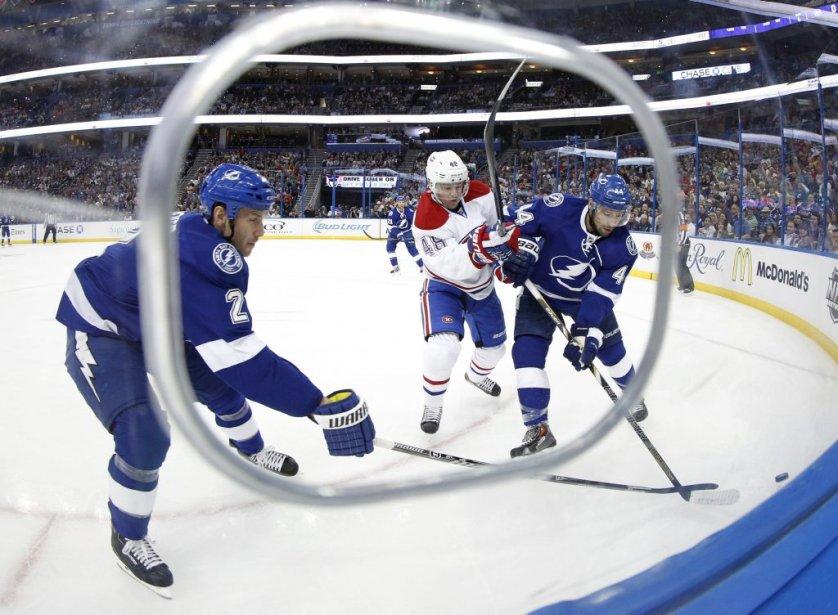 Daniel Brière dispute la rondelle à Nate Thompson et Eric Brewer. (Reuters)