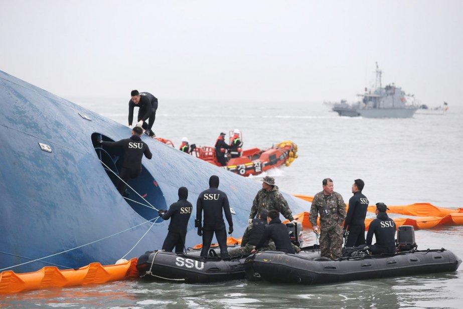 Les secouristes près du ferry peu après l'accident,... (PHOTO archives AP/YONHAP)