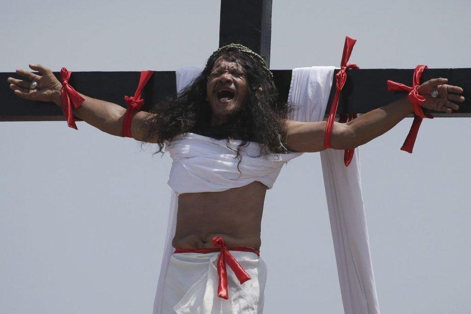 Le Philippin Ruben Enaje a été cloué sur une croix, vendredi. (Photo Aaron Favila, Associated Press)