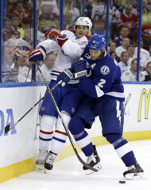 Eric Brewer, du Lightning plaque l'attaquant du Canadien Max Pacioretty. (Photo Chris O'Meara, AP)