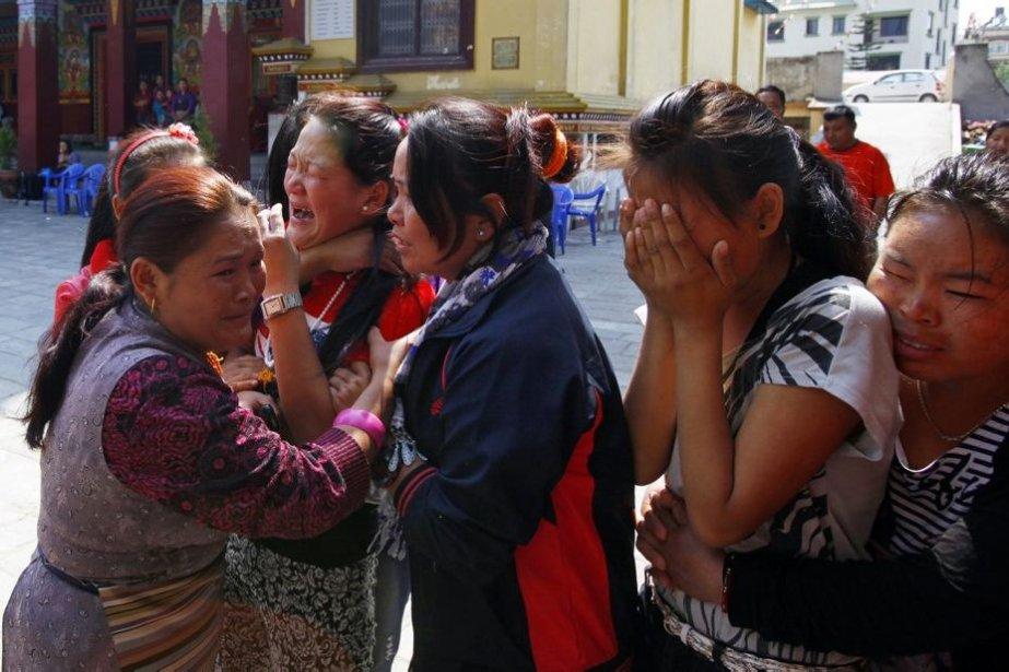 Sept des 12 dépouilles qui ont été retrouvées... (Photo Niranjan Shrestha, AP)