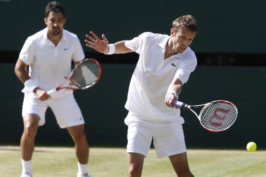 Daniel Nestor (à droite) etNenad Zimonjic (à gauche).... (Photo archives AP)