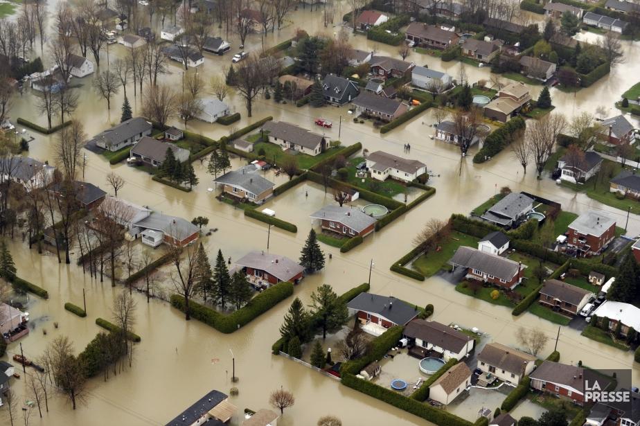 Vue de maisons inondées à St-Jean sur Richelieu... (Photo Bernard Brault, archives La Presse)
