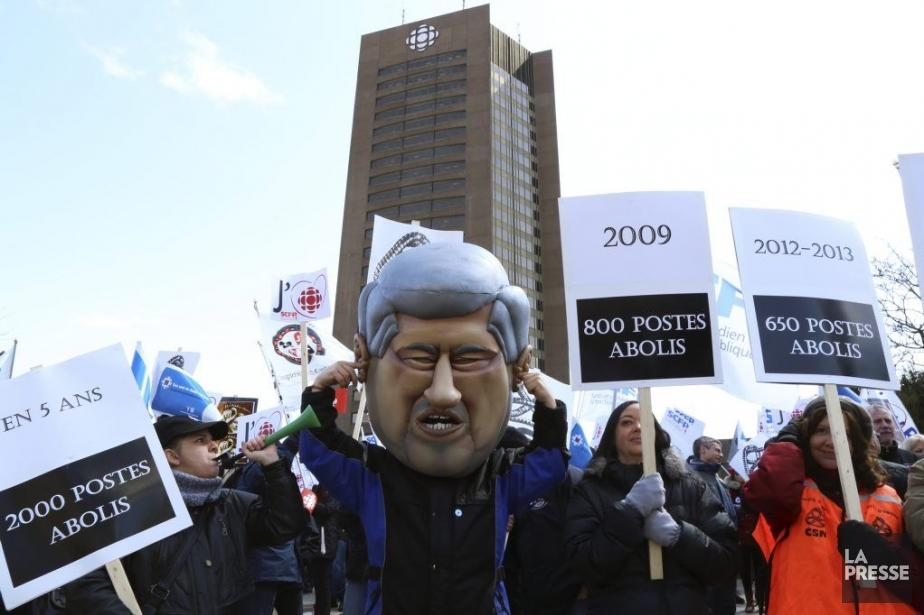 Des employés manifestant devant la tourde Radio-Canadapour dénoncer... (Photo: Fanny Lacasse, archives La Presse)
