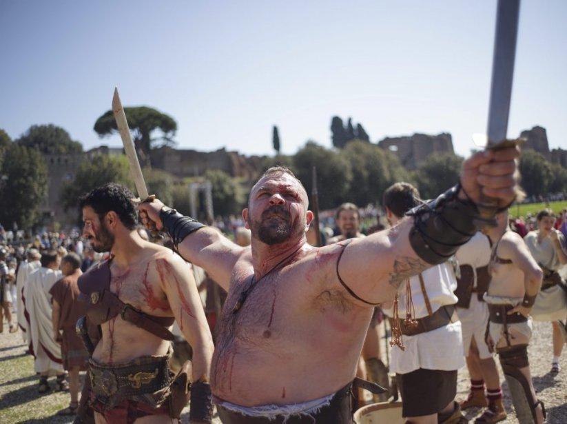 Les gladiateurs étaient aussi au rendez-vous. (Photo AP)