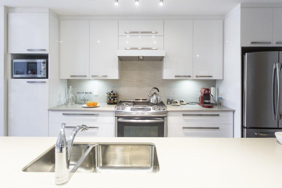 La cuisine, spacieuse, est dotée d'armoires en thermoplastique et de plans de travail en quartz. (Photo Olivier Pontbriand, La Presse)