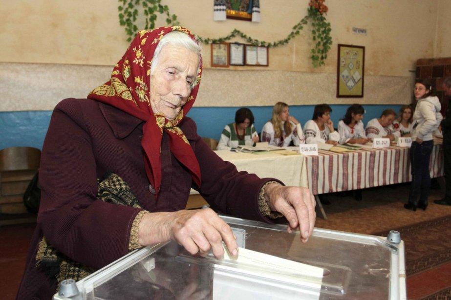 Une femme vote lors des élections ukrainiennes de... (Photo archives AFP)