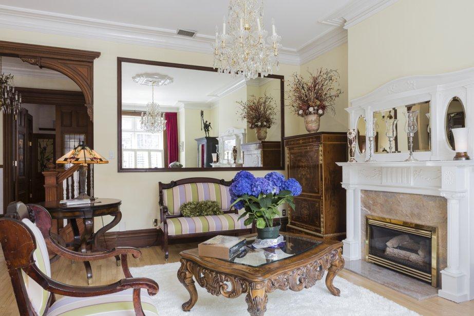 Au salon, l'arche a été élargi, mais en respectant les moulures d'époque. Le miroir restera à la vente, car il est collé au mur. Les fauteuils ont appartenu à la grand-mère de la proprio et ont été restaurés. (Photo Édouard Plante-Fréchette, La Presse)