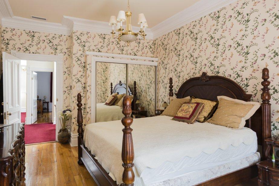 Même si l'aménagement comprend plusieurs meubles de facture ancienne, le résultat ne fait ni vieillot, ni ampoulé ; au contraire, il se dégage une atmosphère très chaleureuse, à l'image des propriétaires. (PHOTO EDOUARD PLANTE-FRÉCHETTE LA PRESSE)