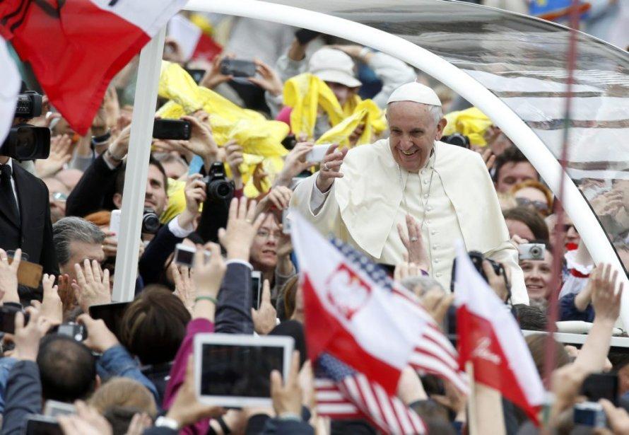 Le pape François salue la foule. (PHOTO TONY GENTILE, REUTERS)