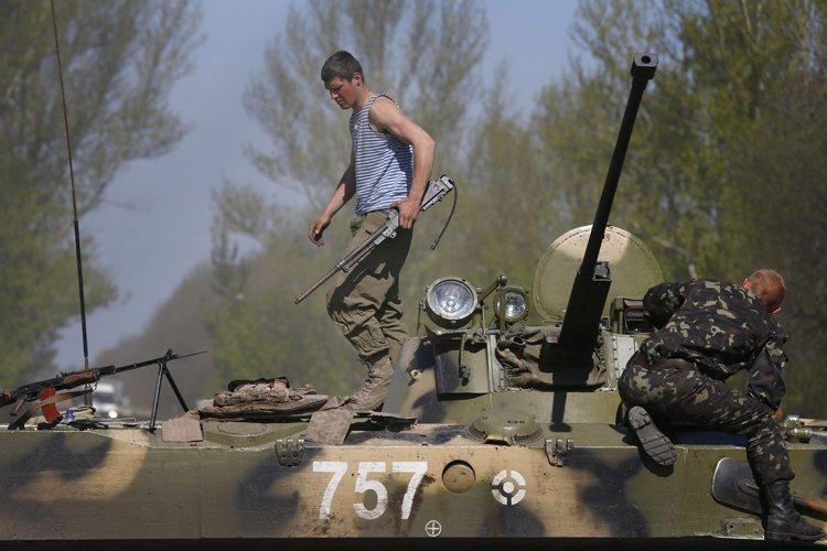 Des soldats ukrainiens à un poste de contôle... (Photo: AP)
