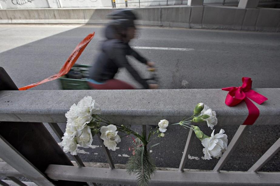 Des fleurs ont été déposées sur les lieux de l'accident. Il semble que l'onde de choc ait aussi atteint l'hôtel de ville, où l'administration Coderre appuiera deux motions déposées par Projet Montréal. (Patrick Sanfaçon, La Presse)