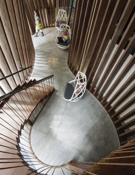 Au pied de l'escalier, des chaises suspendues pour faciliter les conversations entre les voyageurs. (Photo fournie par The Generator)