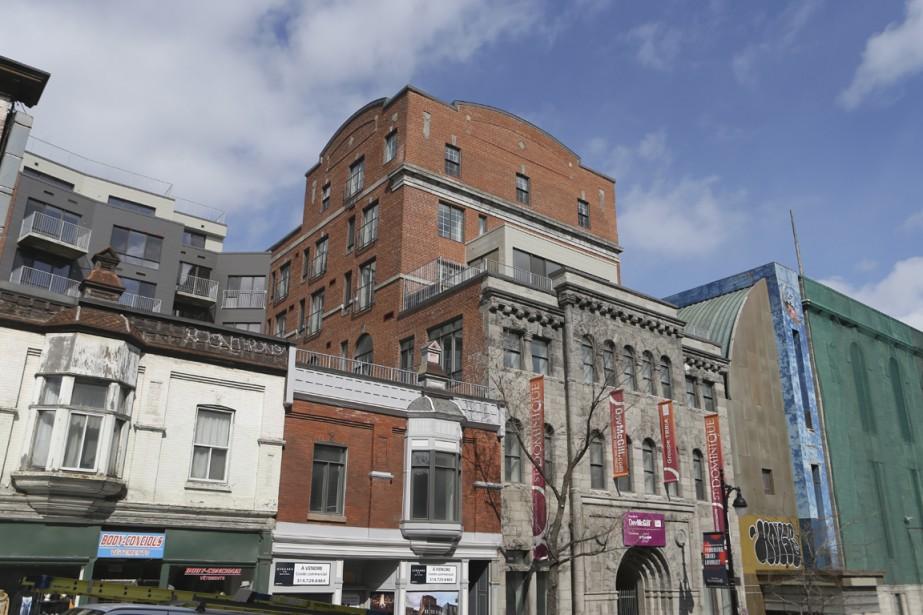 L'ancienne Brasserie Ekers, construite en 1894 sur le boulevard Saint-Laurent, au sud de la rue Sherbrooke, a été transformée pour devenir le St-Dominique. À l'arrière, une nouvelle section de six étages a été rajoutée. (Photo Martin Chamberland, La Presse)