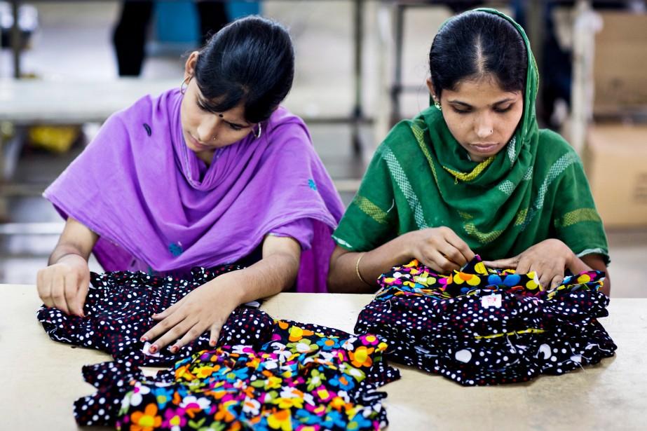 Des travailleuses s'assurent de la qualité des vêtements... (Photo)