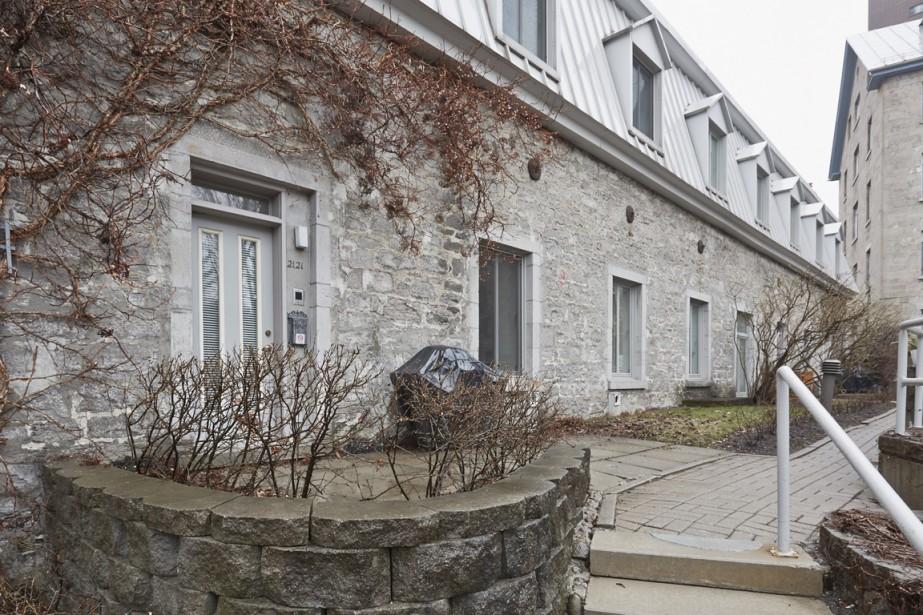 L'entrée principale de la maison est du côté jardin. Tout le complexe immobilier est fermé sur lui-même procurant ainsi une cour intérieure privée et calme, où l'on peine à croire que l'on vit en plein cœur du Quartier des spectacles. (Photo Ulysse Lemerise, collaboration spéciale)