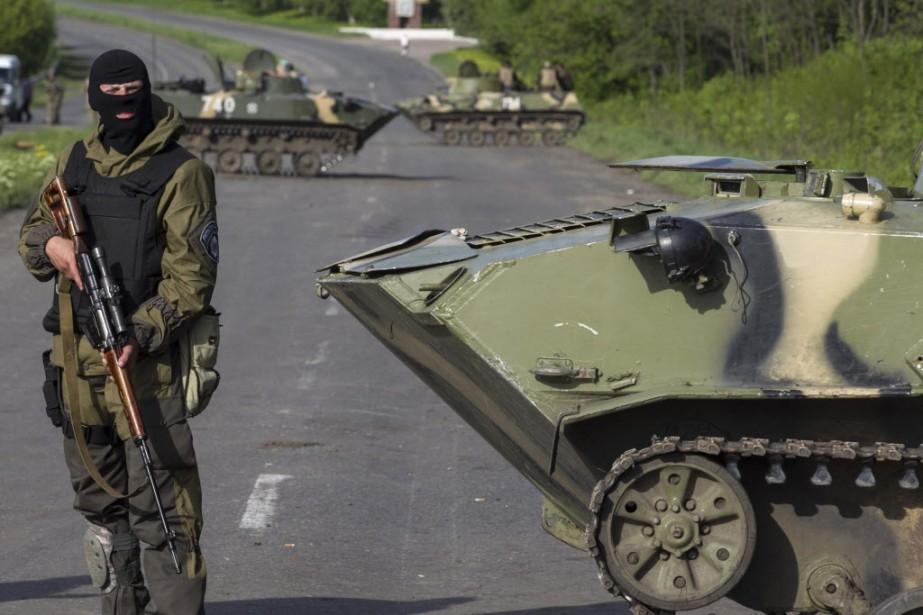 À Slaviansk, les forces ukrainiennes consolidaient samedi leurs... (Photo Baz Ratner, REUTERS)