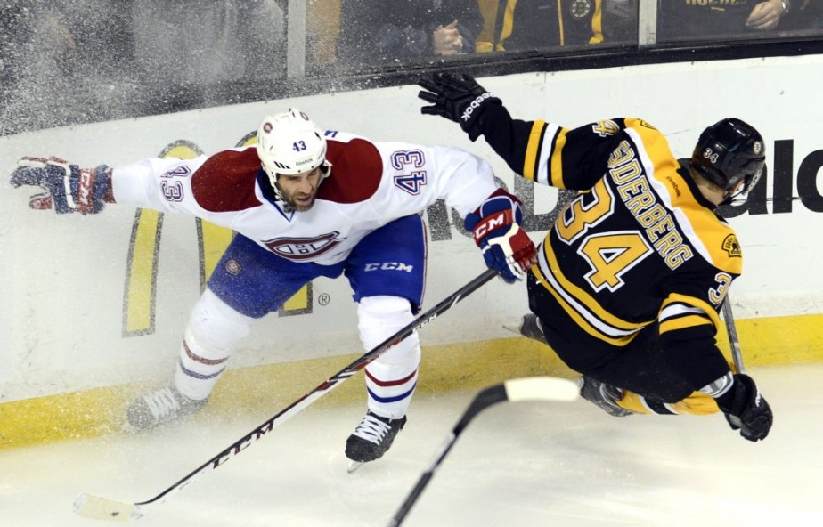 Mike Weaver (43) face à Carl Soderberg (34). (Photo Bernard Brault, La Presse)