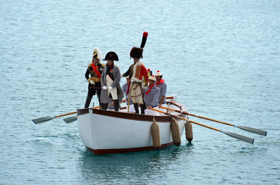 L'empereur, dans sa célèbre redingote grise, est arrivé dans l'après-midi à Portoferraio, au son du canon et sous les vivats de centaines de personnes. (AFP)