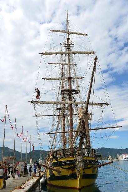 Sur le port, devant la frégate «La Grâce» - reconstitution à l'identique d'un bateau du XVIIIe siècle à l'équipage tchèque -, quelques soldats sont au repos, leurs baïonnettes posées au sol. (AFP)