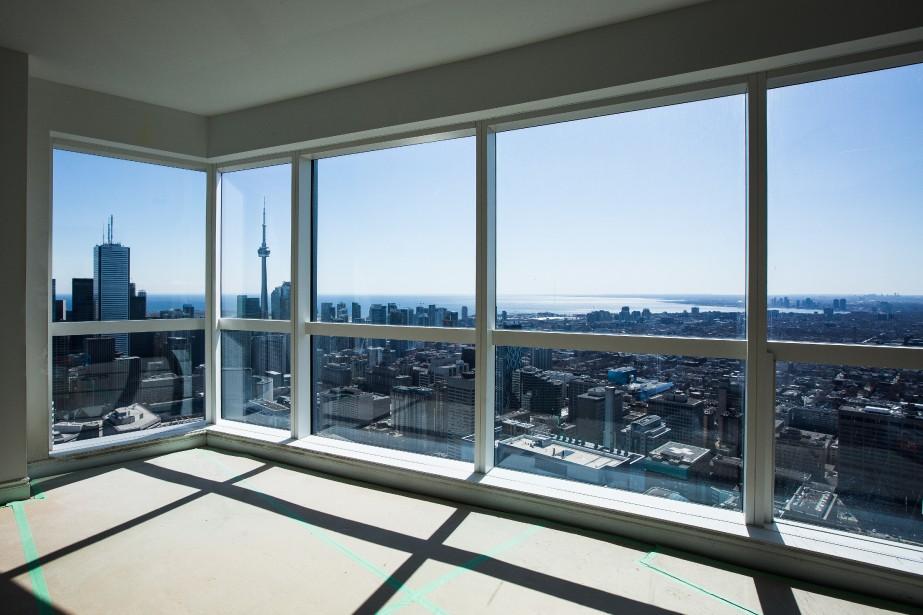 Au-dessus du 55e étage, la construction de la tour va bon train. (PHOTO ÉDOUARD PLANTE-FRÉCHETTE LA PRESSE)